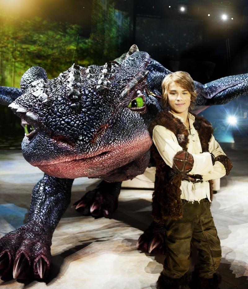 le spectacle a dbut en australie sous le nom how to train your dragon arena spectacular le 3 mars 2012 il est ensuite pass par la nouvelle zlande en